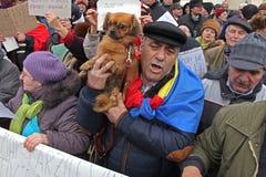 Bucharest Rumänien - protest mot presidenten Klaus Iohannis Arkivfoton