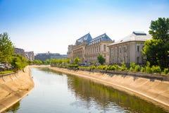 Bucharest Rumänien - 28 04 2018: Slott av rättvisa i solnedgång i Bucharest Arkivbilder
