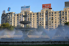 Bucharest Rumänien: Springbrunn i Piata Unirii Royaltyfri Foto