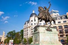 Bucharest Rumänien - 28 04 2018: Staty av Mihai Khrabrom på universitetfyrkanten - prinsen av Wallachia, Bucharest Arkivbilder