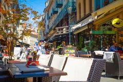 Bucharest Rumänien - 28 04 2018: Turister i gamla stad och restauranger på i stadens centrum Lipscani gata, en av mest Fotografering för Bildbyråer