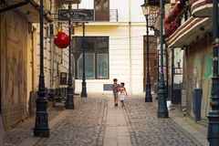 Bucharest, Rumania - 28 04 2018: Dwa romanian brata w wąskiej ulicie Stary miasteczko i restauracje na śródmieściu Fotografia Royalty Free