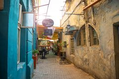 Bucharest, Rumania - 28 04 2018: Turyści w wąskiej ulicie Stary miasteczko i restauracje na W centrum Bucharest Obrazy Stock