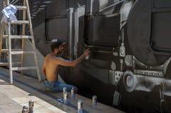 Bucharest Rumunia, Czerwiec, - 29, 2013:  Młody graffiti artysty dur Zdjęcia Stock