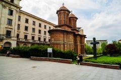 Bucharest, Rumunia - 2019 Kobieta maluje Kretzulescu Kościelny Biserica Kretzulescu w Bucharest, Rumunia zdjęcia royalty free