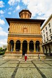Bucharest, Rumunia - 2019 Kobieta przed Kretzulescu Kościelny Biserica Kretzulescu w Bucharest, Rumunia fotografia stock