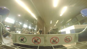 BUCHAREST RUMUNIA, SIERPIEŃ, - 6TH 2017: bagażowa fura w lotniskowego terminal sala zbiory wideo