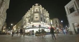 BUCHAREST RUMUNIA, SIERPIEŃ, - 4TH 2017: Czasu upływ turyści chodzi ulicy zbiory wideo