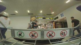BUCHAREST RUMUNIA, SIERPIEŃ, - 6TH 2017: POV materiał filmowy lotniskowa bagażowa fura zbiory