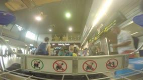 BUCHAREST RUMUNIA, SIERPIEŃ, - 6TH 2017: POV strzał bagażowa fura w terminal zbiory wideo