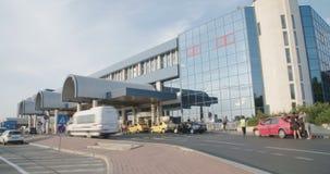 BUCHAREST RUMUNIA, SIERPIEŃ, - 6TH 2017: Taxi i autobusy przyjeżdżają przy lotniskiem zdjęcie wideo