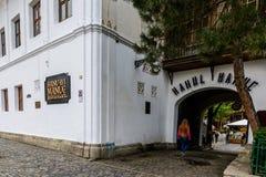 BUCHAREST RUMUNIA, WRZESIEŃ, - 27, 2015: Manuc austeria budująca w 1808 jest starym hotelowym budynkiem w Bucharest (Hanul lui Ma Obrazy Royalty Free