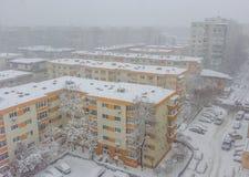 Bucharest stadspanorama som täckas i snö arkivfoto