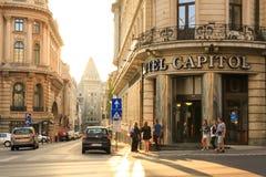 Bucharest stadssolnedgång på den Calea Victoriei huvudvägen - Rumänien royaltyfri fotografi