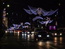 Bucharest uteliv i December med julpynt på den Calea Victoriei boulevarden royaltyfri foto