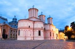 Bucharest vid natt - patriark- domkyrka royaltyfri fotografi