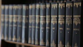Buchdorne von Büchern stock video footage
