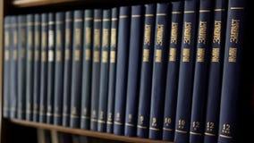 Buchdorne von Büchern stock video