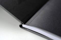 Buchdruck im schwarzen Papier Lizenzfreies Stockbild