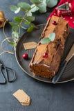 Buche de Noel Traditioneller Weihnachtsnachtisch, Weihnachtsjulblockkuchen mit Schokoladencreme, Moosbeere Kopieren Sie Platz lizenzfreie stockfotos