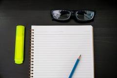 buchen Sie das Draufsicht Hausarbeit-Schulnotizbuch, das zum Addieren des Textes bereit ist oder Lizenzfreie Stockfotografie