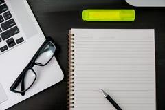buchen Sie das Draufsicht Hausarbeit-Schulnotizbuch, das zum Addieren des Textes bereit ist oder Stockbilder