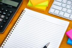 buchen Sie das Draufsicht Hausarbeit-Schulnotizbuch, das zum Addieren des Textes bereit ist oder Stockfotos