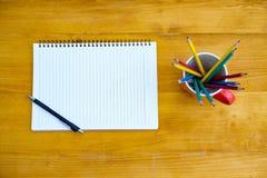 buchen Sie das Draufsicht Hausarbeit-Schulnotizbuch, das zum Addieren des Textes bereit ist oder Stockbild