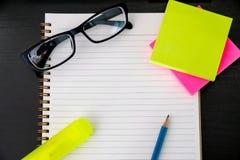 buchen Sie das Draufsicht Hausarbeit-Schulnotizbuch, das zum Addieren des Textes bereit ist oder Lizenzfreie Stockbilder