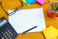 buchen Sie das Draufsicht Hausarbeit-Schulnotizbuch, das zum Addieren des Textes bereit ist oder Lizenzfreies Stockbild