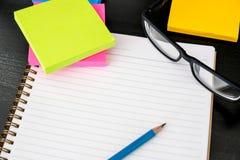 buchen Sie das Draufsicht Hausarbeit-Schulnotizbuch, das zum Addieren des Textes bereit ist oder Lizenzfreies Stockfoto