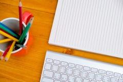 buchen Sie das Draufsicht Hausarbeit-Schulnotizbuch, das zum Addieren des Textes bereit ist oder Stockfoto
