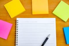 buchen Sie das Draufsicht Hausarbeit-Schulnotizbuch, das zum Addieren des Textes bereit ist oder Stockfotografie