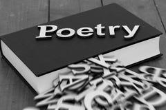 Buchen Sie Roman mit der Wortpoesie und den unscharfen Buchstaben, welche aus die Seiten herauskommen stockbilder