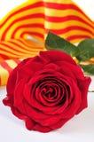 Buchen Sie, Rotrose und die katalanische Flagge für Sant Jordi, St George Lizenzfreie Stockbilder