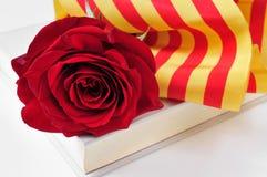 Buchen Sie, Rotrose und die katalanische Flagge für Sant Jordi, St George Lizenzfreies Stockbild