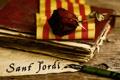 Buchen Sie, stieg, katalanische Flagge und Text Sant Jordi stockbild