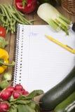 Buchen Sie umgeben mit Vielzahl des Gemüses Lizenzfreie Stockfotos