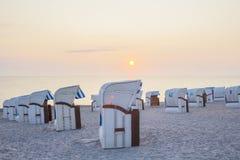 Buchenstühle während des Sonnenaufgangs Lizenzfreie Stockbilder