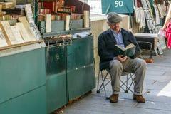 Buchhändler auf dem Damm des Flusses die Seine Stockbilder