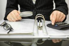 Buchhalter überprüft Rechnungen und Dokumente lizenzfreie stockfotografie