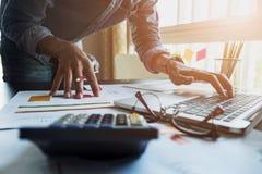 Buchhalter arbeiten, Finanzberichte über einen Laptop an seinem analysierend lizenzfreies stockbild