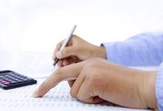 Buchhalter, der die Kontoprüfung tut Stockbilder