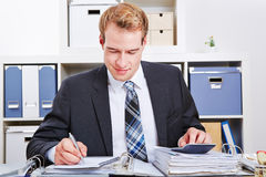 Buchhalter, der Finanzierung tut Lizenzfreies Stockbild