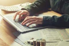 Buchhalter, der im Büro mit der Anwendung des Laptops arbeitet Finanzierung und acco Lizenzfreies Stockfoto
