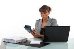 Buchhalter, der Taschenrechner verwendet Stockfoto
