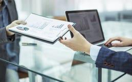 Buchhalter, Durchläufe in die Hände des Manager-Finance-Finanzberichts für den Arbeitsplatz Lizenzfreie Stockfotos