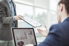 Buchhalter, Durchläufe in die Hände des Manager-Finance-Finanzberichts für den Arbeitsplatz stockbilder