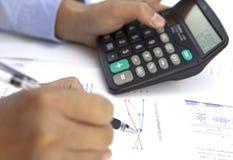 Buchhalter mit einem Taschenrechner Lizenzfreie Stockbilder