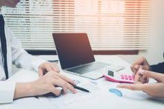 Buchhalter oder Banker, die Berechnungen machen Stockfoto